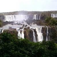 Trilha de mais de um quilômetro é um convite para admirar as belezas das Cataratas do Iguaçu. Foto: Laura Ataídes.