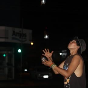 Malabarista argentino leva alegria e diversão nos sinais de Tangará daSerra